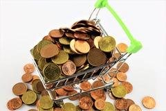 Une image d'un caddie avec des pièces de monnaie Images stock