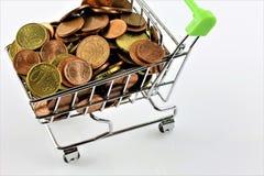 Une image d'un caddie avec des pièces de monnaie Photos libres de droits