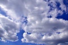Une image d'un ciel bleu lumineux avec des nuages Images stock