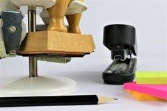Une image d'un concept d'affaires avec le bureau des textes - papier déchiré - copiez l'espace image libre de droits