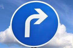 Une image d'un poteau de signalisation - flèche droite illustration libre de droits