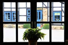 Une image d'une vue d'une fenêtre de trellis sur une maison à colombage photographie stock libre de droits