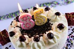 Une image de concept d'un gâteau d'anniversaire avec la bougie - 85 Images libres de droits