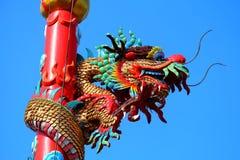 Une image de dragon sur un dessus de toit de temple de Chinois de dragon Photographie stock