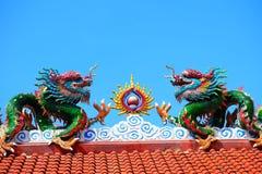 Une image de dragon sur un dessus de toit de temple de Chinois de dragon Image stock