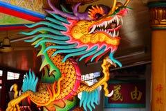 Une image de dragon sur un dessus de toit de temple de Chinois de dragon Image libre de droits