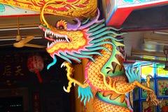 Une image de dragon sur un dessus de toit de temple de Chinois de dragon Images libres de droits