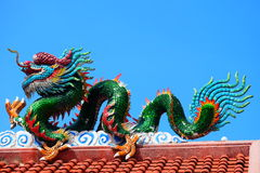 Une image de dragon sur un dessus de toit de temple de Chinois de dragon Photo libre de droits