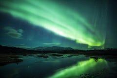 Lumières du nord au-dessus d'une lagune en Islande image stock