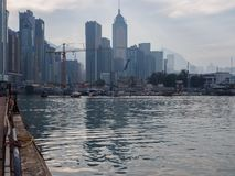 Une image de l'horizon de Hong Kong, vue du couloir oriental d'île image libre de droits