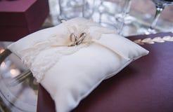 Une image des anneaux de mariage sur l'oreiller blanc photo stock