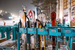 Une image des surfs des neiges stockés dans un stockage extérieur photos stock