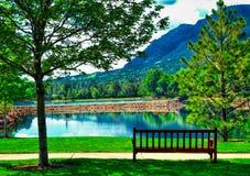 Une image paisible et idyllique à l'hôtel de Broadmoor au lac et au banc mountain de Cheyene photo stock