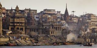 Une incinération a lieu sur la rivière Ganga photo stock