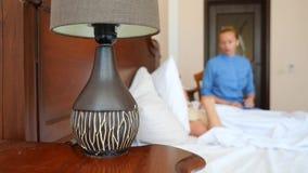 Une infirmière aide un patient dans sa chambre à coucher 4k, mouvement lent banque de vidéos