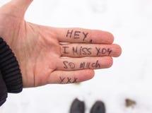 Une inscription sur une main de l'amour L'hiver Photographie stock