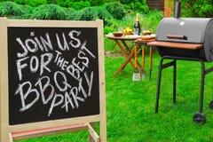 Une invitation à une partie de barbecue, écrite sur le tableau noir Photographie stock