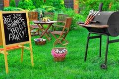 Une invitation à une partie de barbecue, écrite sur le tableau noir Photo stock