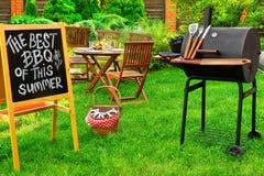 Une invitation à une partie de barbecue, écrite sur le tableau noir Image stock