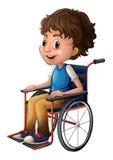 Une jeune équitation de garçon sur un fauteuil roulant Photographie stock