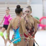 Une jeune adolescente se prépare à la représentation, réchauffant et exécute les éléments gymnastiques aux concours Photographie stock libre de droits