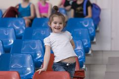 Une jeune adolescente se prépare à la représentation, réchauffant et exécute les éléments gymnastiques aux concours Photos libres de droits