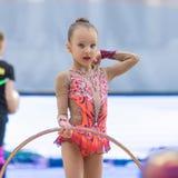 Une jeune adolescente se prépare à la représentation, réchauffant et exécute les éléments gymnastiques aux concours Photos stock