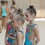 Une jeune adolescente se prépare à la représentation, réchauffant et exécute les éléments gymnastiques aux concours Photo stock