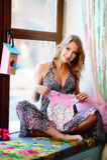 Une jeune, belle, enceinte fille s'assied sur le rebord de fenêtre et le HOL photos libres de droits
