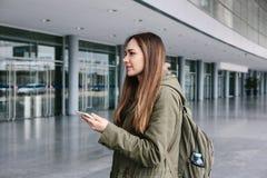 Une jeune belle femme utilise un comprimé pour communiquer avec des amis ou regarde une carte ou appelle un taxi ou un autre chos photos libres de droits