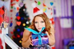Une jeune, belle fille dans un chapeau du ` s de nouvelle année, Images stock