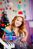 Une jeune, belle fille dans un chapeau du ` s de nouvelle année, un futur dre de mère Photo libre de droits