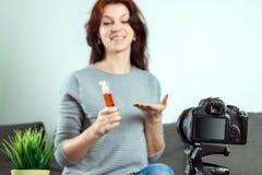 Une jeune belle fille s'assied devant un DSLR et un a de enregistrement Vlog, plan rapproch? Blogger, bloguant, technologie, arge images libres de droits
