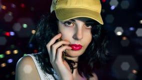 Une jeune brune impressionnante dans un chapeau jaune Images libres de droits