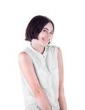 Une jeune dame de sourire adorable d'isolement sur un fond blanc Une femelle espiègle avec une coupe de cheveux élégante Une fill image libre de droits