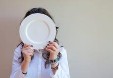 Une jeune dame et un plat blanc Photos libres de droits