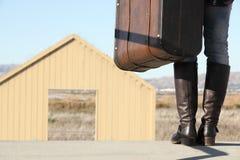 Une jeune dame marche vers une porte magique Photos libres de droits