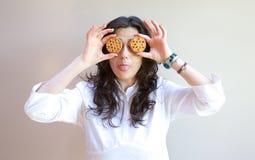 Une jeune dame montre sa langue Photographie stock