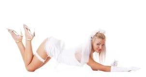 Une jeune et sexy mariée blonde se trouve sur l'étage Photographie stock libre de droits
