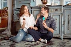 Une jeune exploitation de couples durcit tout en regardant entre eux Photos libres de droits