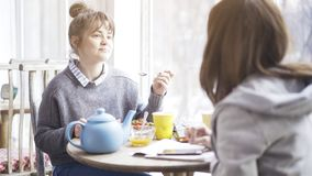 Une jeune femme émotive mignonne mangeant de la salade dans un café Images libres de droits