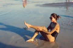 Une jeune femme appréciant la boue minérale naturelle Photos libres de droits