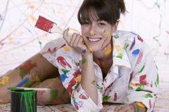 Une jeune femme attirante couverte en peinture colorée photos stock