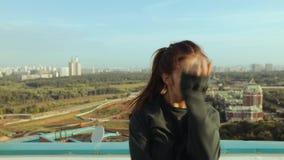 Une jeune femme attirante est dansante et s'étirante avec un paysage urbain contre le contexte du Soleil Levant Libert? de banque de vidéos