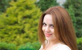 Une jeune femme attirante se tient le premier rôle à vous Photos stock