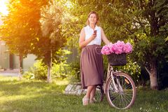 Une jeune femme avec des pivoines photos libres de droits