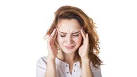 Une jeune femme avec un mal de tête tenant la tête, d'isolement sur le fond blanc photographie stock