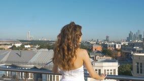 Une jeune femme blanche regarde le panorama de la ville clips vidéos