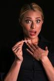 Une jeune femme blonde attirante est choquée pour penser qu'elle est enceinte Images libres de droits