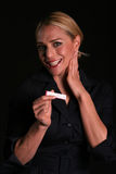 Une jeune femme blonde attirante est choquée pour penser qu'elle est enceinte Photo libre de droits